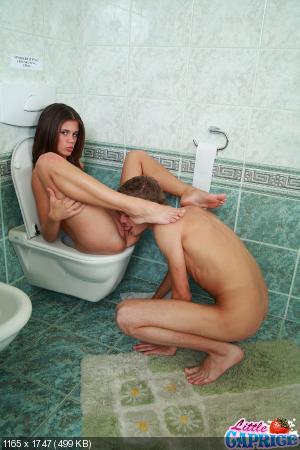 видео писающих девушек в деревенском туалете вид снизу.
