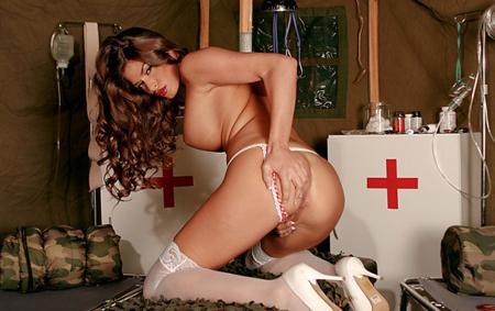 Медсестричка спасает раненного солдата