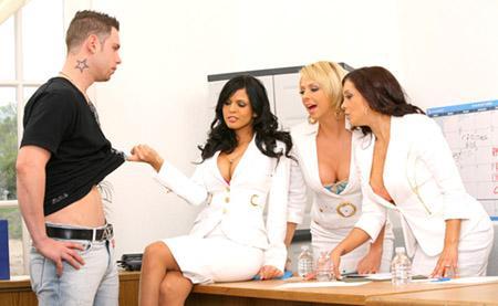 Три девушки проводят кастинг